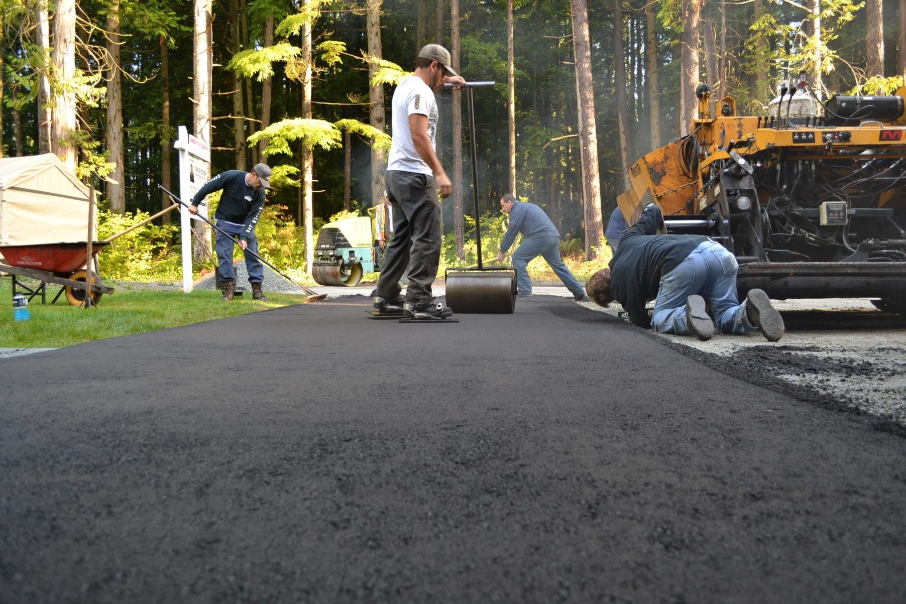 driveway_paving_crew-e1422332907578